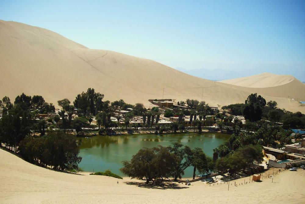 la laguna de Huacachina al oeste de la ciudad de Ica