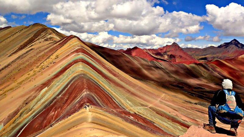 viajero(mochilero) en la montaña siete colores cusco